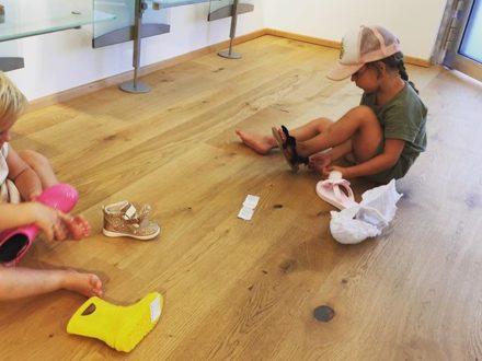 …wenn Kinder mit auf Einkauf sind, den Showroom leer räumen und alle Schuhe durchprobieren  #e…