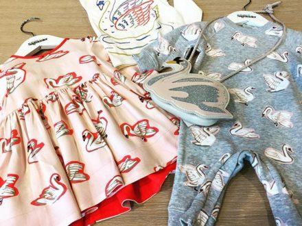 How many swans do you count?? 🤔#swanattack #weloveswans #kidsfashion #cutekidsfashion #derklei…