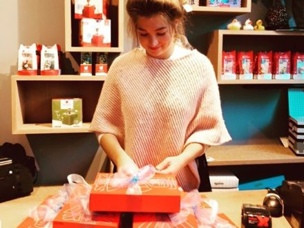 Es geht los mit den Weihnachtseinkäufen  Unsere Simone übt schon fleißig Päckchen machen, wie…